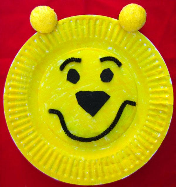 Winnie The Pooh creato con piatti di plastica