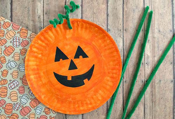Zucca di Halloween creata con piatti di plastica