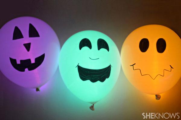 Mostri luminosi creati con palloncini