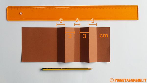 Piegature del cartoncino marrone per creare il riccio