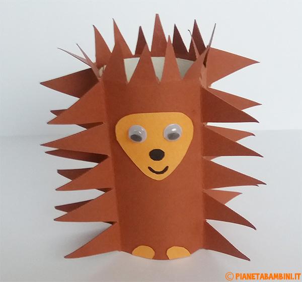 Riccio creato con rotolo di carta e cartoncini per bambini