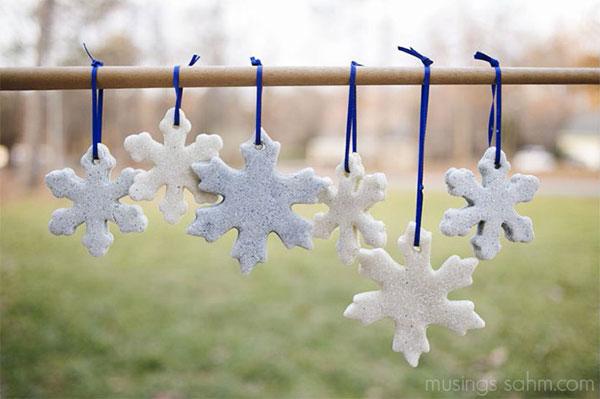 Fiocchi di neve per decorazioni natalizie creati in pasta di sale