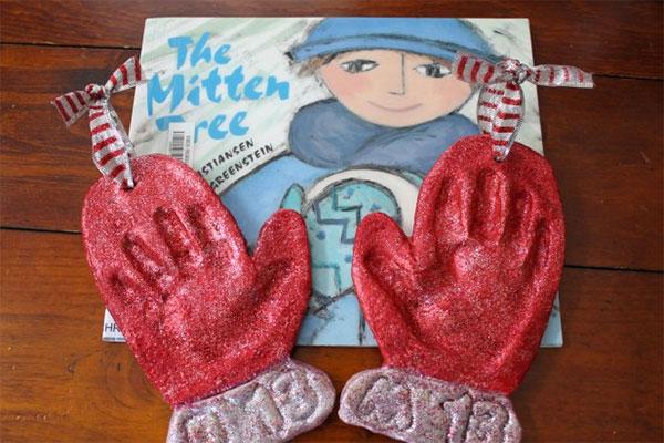 Guanti natalizi in pasta di sale con impronte delle mani