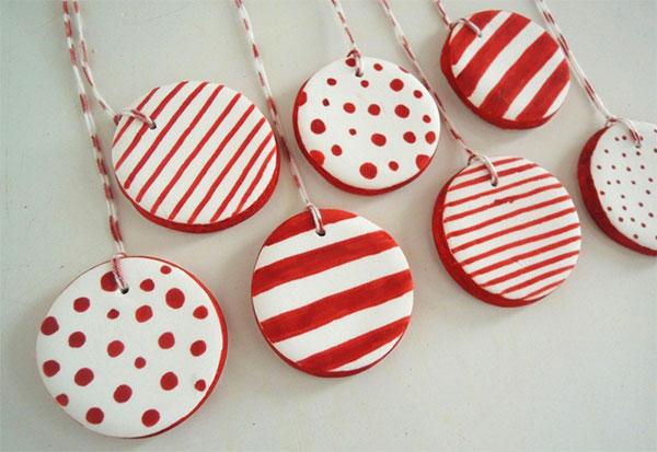 Palline create in pasta di sale per decorare l'albero di Natale