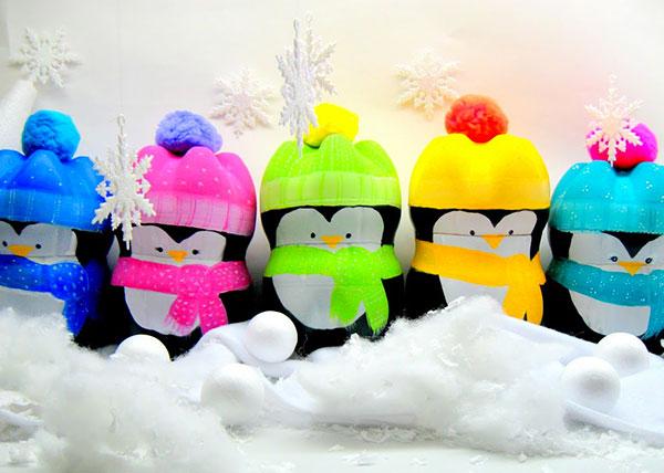 Pinguini creati con bottiglie di plastico e colori