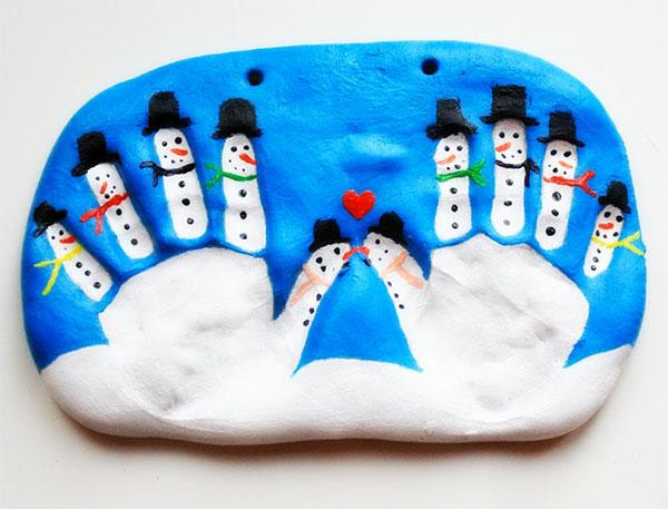Pupazzi di neve sulle dita delle mani in pasta di sale
