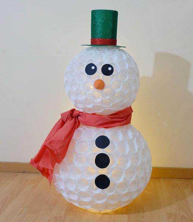 Pupazzo di neve creato con bicchieri di plastica
