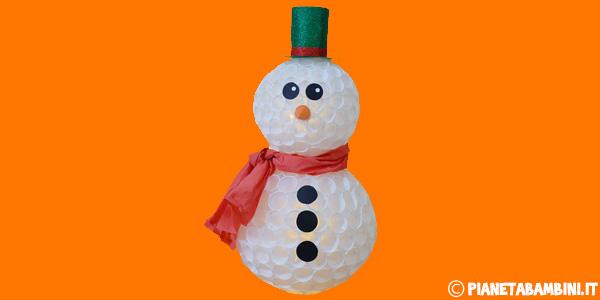 Come creare un pupazzo di neve con bicchieri di plastica