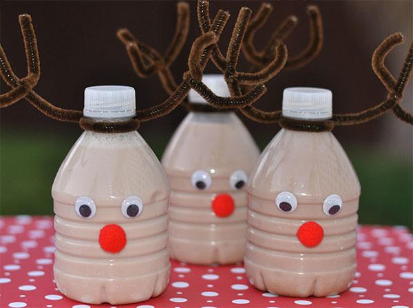 Renne create con bottiglie di plastica ripiene di latte al cioccolato