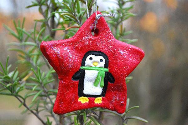 Stella con pinguino come decorazione natalizia in pasta di sale