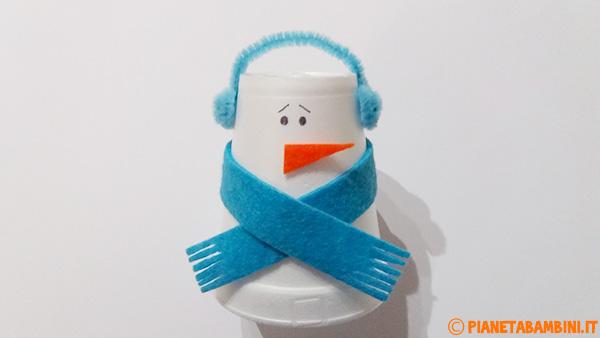 Applicazione del naso creato in feltro ai pupazzi di neve con bicchieri termici