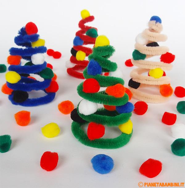 Piccoli alberi di Natale creati con scovolini e pon pon