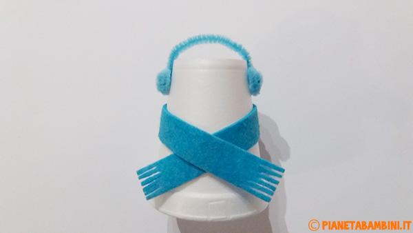 Come creare le cuffie paraorecchie con uno scovolino per i pupazzi di neve