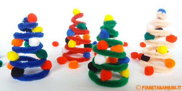 Alberelli con scovolino e pon pon creati come decorazioni natalizie