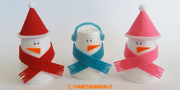 Come creare dei pupazzi di neve con bicchieri termici e feltro