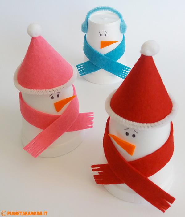 Pupazzi di neve con bicchieri termici e feltro da creare con i bambini come lavoretto