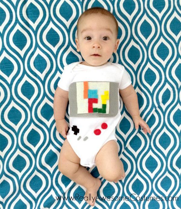 Costume per neonato fai da te da Game Boy