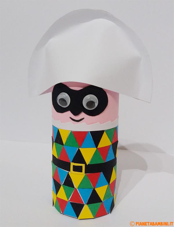 Arlecchino creato con rotolo di carta e cartoncini colorati