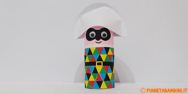 Arlecchino con rotolo di carta e cartoncini creato come lavoretto di Carnevale