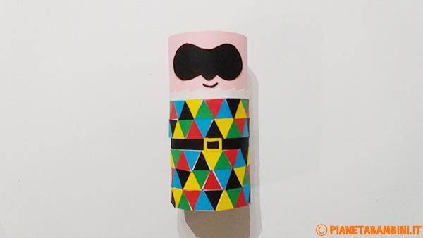 Aggiunta della maschera al corpo di Arlecchino con rotolo di carta