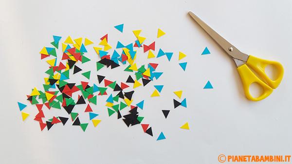 Triangoli di cartoncino per creare il vestito di Arlecchino