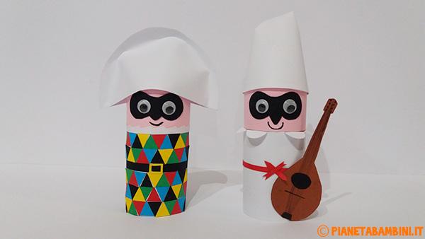 Arlecchino e Pulcinella creati con fine rotolo di carta e cartoncini colorati