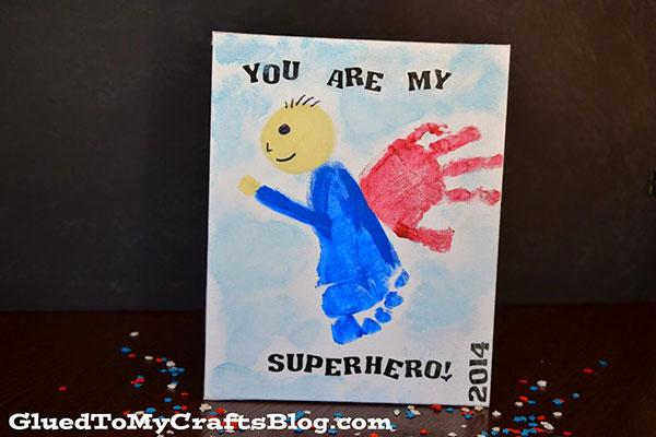 Disegno del papà con impronta di mano e piede come lavoretto per bambini
