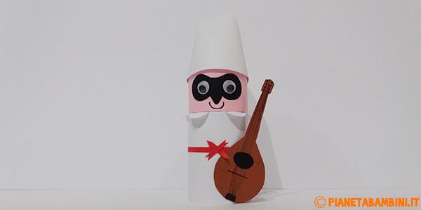 Pulcinella creato con rotolo di carta come lavoretto di Carnevale per bambini