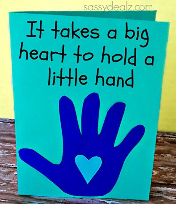 Biglietto con sagoma della mano e un cuore come lavoretto per la festa del papà