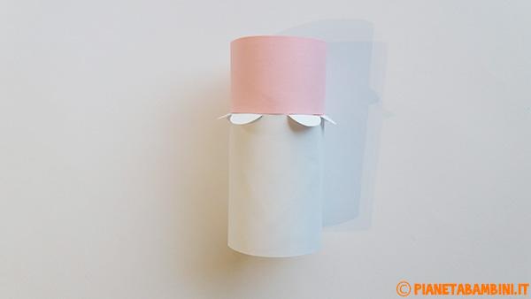 Creazione del corpo di Pulcinella con rotolo di carta