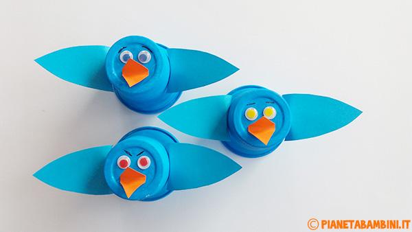 Uccelli con bicchieri di plastica e cartoncino per il lavoretto di primavera