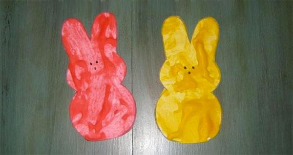 Lavoretto di Pasqua per bambini dell'asilo nido: coniglietti da colorare con acquerelli