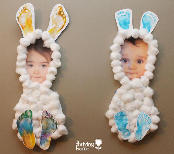 Lavoretto di Pasqua per bambini dell'asilo nido: coniglietti con foto, ovatta e impronte dei piedi