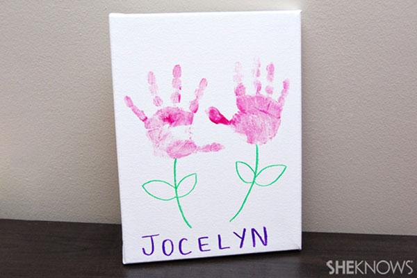 Lavoretto per la festa della mamma fiori con impronte delle mani