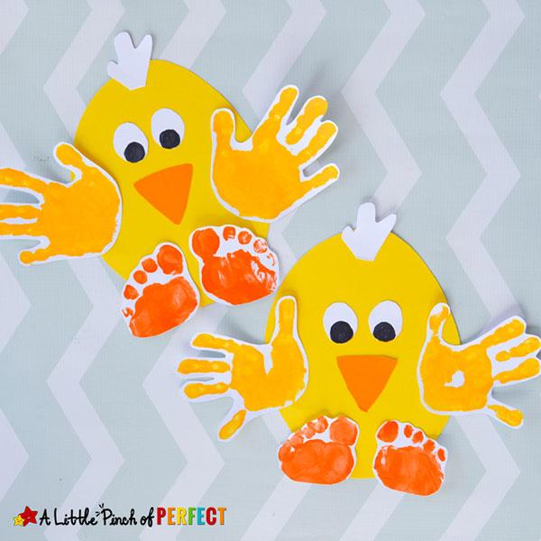 Lavoretto di Pasqua per bambini dell'asilo nido: pulcini con impronte delle mani e dei piedi
