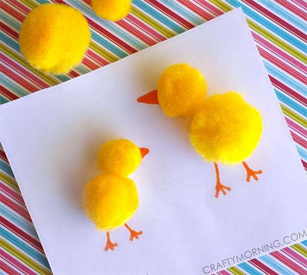 Lavoretto di Pasqua per bambini dell'asilo nido: pulcini con pon pon gialli