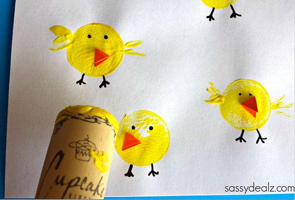 Lavoretto di Pasqua per bambini dell'asilo nido: pulcini con stampi fatti con i tappi di sughero