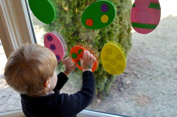Lavoretto di Pasqua per bambini dell'asilo nido: uova di Pasqua decorate con ritagli di gomma crepla