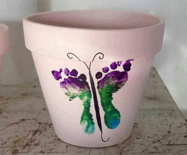 Lavoretto per bambini vaso con le impronte dei piedi
