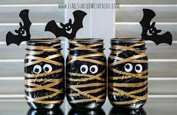 Come creare una lanterna di Halloween a forma di mummia con barattoli colorati
