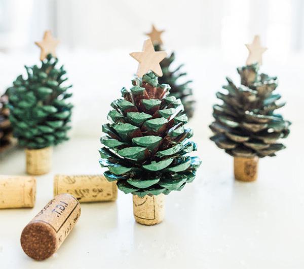 Albero di Natale con pigne e tappi di sughero