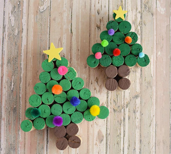 Albero di Natale con tappi di sughero e pon pon