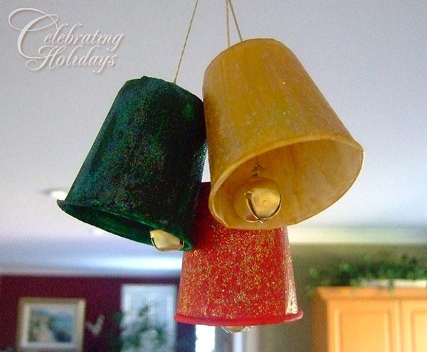 Come creare delle campanelle natalizie con bicchieri di carta