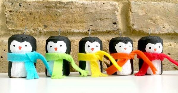Lavoretto di Natale pinguini con tappi di sughero
