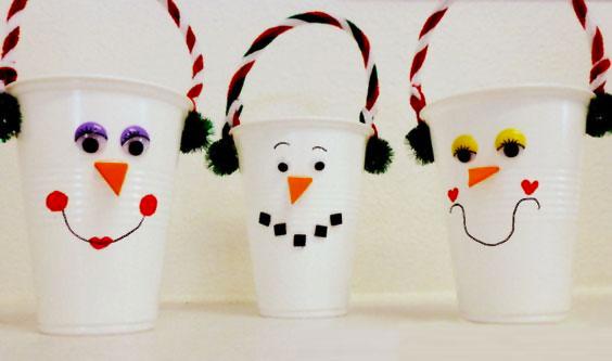 Come creare dei pupazzi di neve con bicchieri di carta come lavoretto