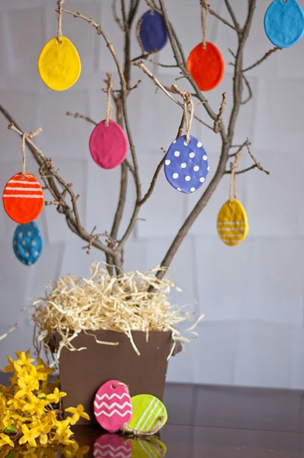 Albero di Pasqua con decorazioni in pasta di sale per bambini