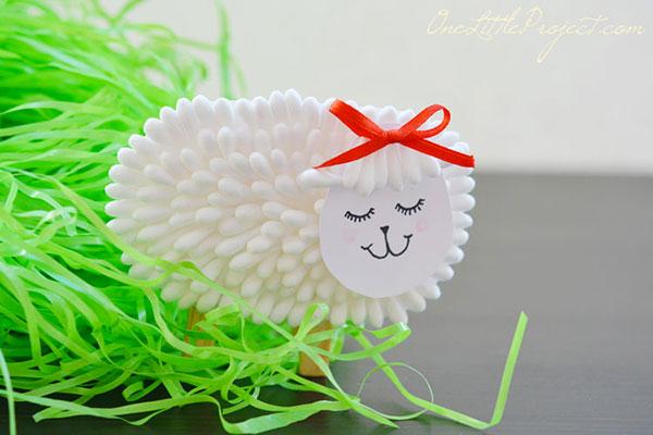 Pecora con cotton fioc come lavoretto di Pasqua
