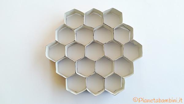Alveare creato con fine rotoli di carta esagonali