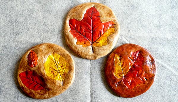 Impronte di foglie autunnali su pasta di sale