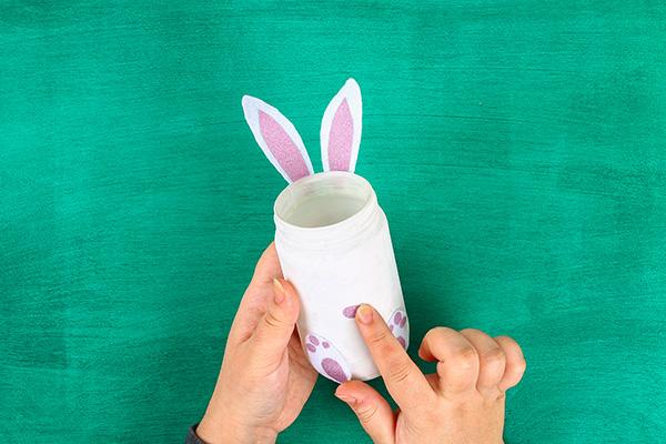 Applicazione delle zampe e delle orecchie del coniglietto al barattolo